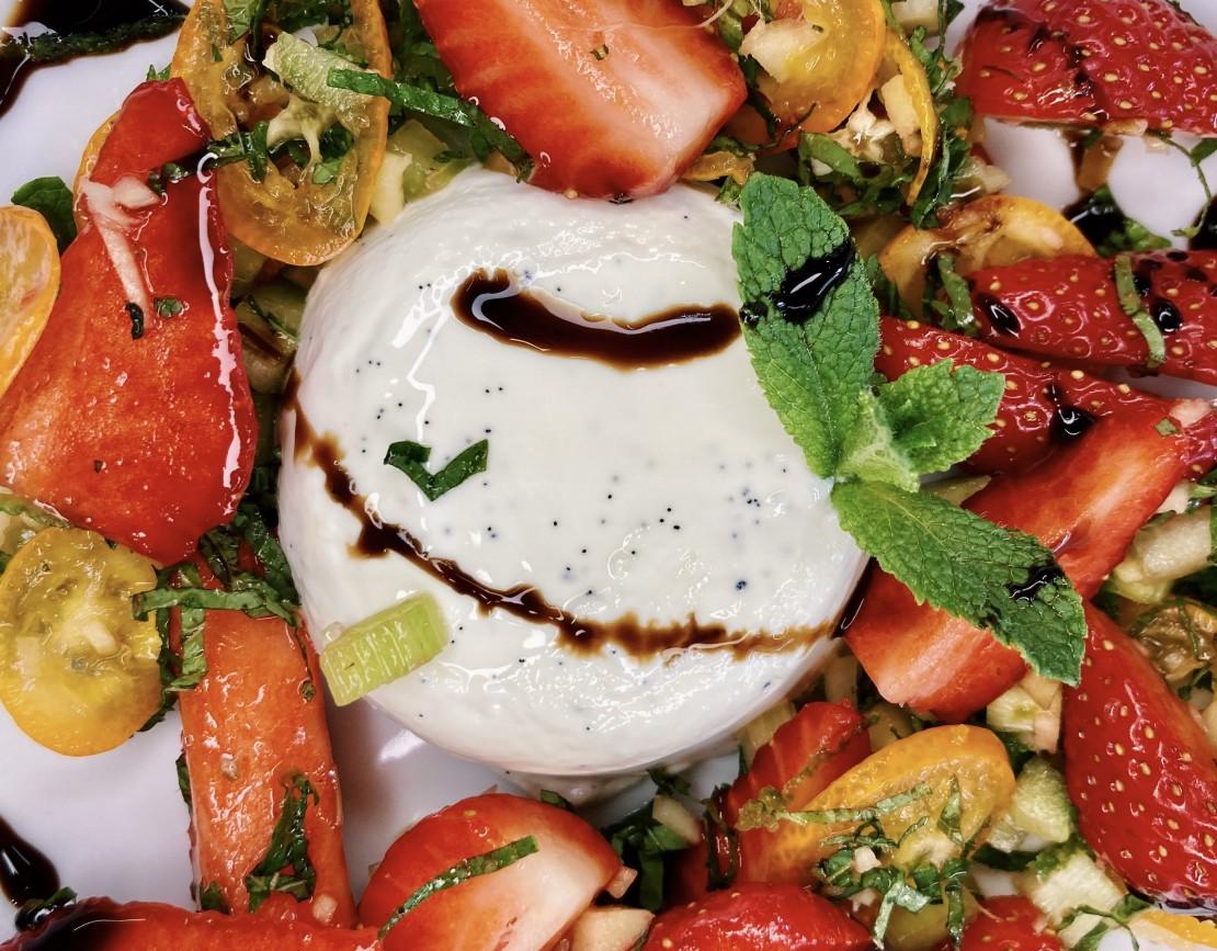 Панакота с клубничным  салатом