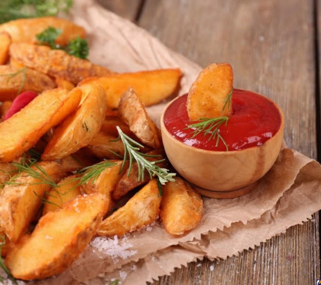 Пряні скибочки картоплі з соусом чилі